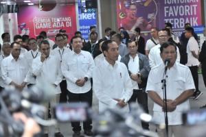 Prabowo Subianto dan Presiden Jokowi menyampaikan keterangan pers seputar pertemuan keduanya, di Stasiun MRT Senayan, Jakarta, Sabtu (13/7) pagi. (Foto: JAY/Humas)