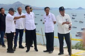 Presiden Jokowi didampingi pejabat terkait mendiskusikan penataan Labuan Bajo, NTT, saat mengunjungi kawasan tersebut, Rabu (10/7) siang. (Foto: Rahmat/Humas)