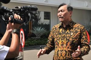 Menko Kemaritiman Luhut B. Pandjaitan menjawab wartawan usai menghadiri Rakornas BMKG 2019, di Istana Negara, Jakarta, Selasa (22/7) siang. (Foto: JAY/Humas)