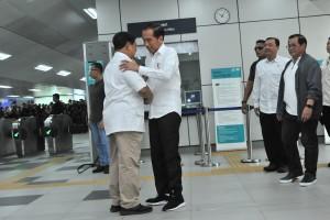 Presiden Jokowi merangkul Prabowo Subianto saat keduanya bertemu di Stasiun MRT Lebak Bulus, Jakarta, Sabtu (13/7) pagi. (Foto: JAY/Humas)