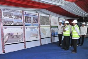 Presiden Jokowi mendapatkan penjelasan mengenai pembangunan Pelabuhan Muara, di Kab. Tapanuli Utara, Sumut, Senin (29/7) malam. (Foto: JAY/Humas)