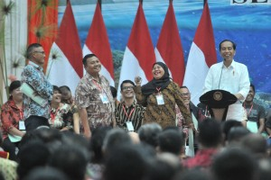 President Jokowi attends the distribution of land certificates at Graha Bumi Beringin, Manado, North Sulawesi, Thursday (4/7). Photo: JAY/PR.