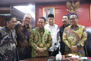 Tangerang Mayor Arief R. Wismansyah poses for a photo with Secretary-General of Ministry of Law and Human Rights Bambang R. Sariwanto, Secretary-General of Ministry of Home Affairs, and Banten Governor, after the mediation process at Ministry of Home Affairs Office, Jakarta, Thursday (18/7). (Photo by: Puspen Kemendagri)