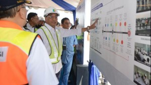 Menhub Budi K. Sumadi mengamati skema Runway 3 Bandara Soetta saat meninjau runway tersebut, di Bandara Soetta, Tangerang, Banten, Minggu (21/7). (Foto: Humas Kemenhub)