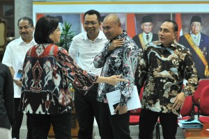 Minister of Finance Sri Mulyani Indrawati talks to Governors of East Nusa Tenggara. West Nusa Tenggara, and North Sumatra after delivering a press statement at the Presidential Office, Jakarta, Monday (15/7). (Photo by: JAY/PR)
