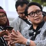 Menlu Retno Marsudi menjawab wartawan usai menghadiri rapat terbatas, di kantor Presiden, Jakarta, Jumat (19/7) sore. (Foto: OJI/Humas)