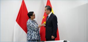 Menlu Retno L.P. Marsudi bertemu dengan Menlu RRT Wang Yi, di Bangkok, Thailand, Selasa (30/7). (Foto: Humas Kemlu)