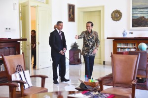 President Jokowi receives Singapore Foreign Minister Vivian Balakhrisnan, at Bogor Presidential Palace, West Java, Wednesday (17/7). (Photo by: FID/PR)