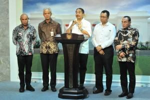 Menteri Pariwisata Arief Yahya didampingi Gubernur NTB, Jateng, Sumut, dan NTT memberikan keterangan pers usai mengikuti rapat terbatas, di Kantor Presiden, Jakarta, Senin (15/7) sore. (Foto: JAY/Humas)