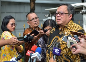 Minister of National Development Planning/Head of the National Development Planning Agency Bambang Brodjonegoro answers reporters' questions after attending a Limited Cabinet Meeting, at the Bogor Presidential Palace, West Java, Tuesday (9/7). (Photo by: Agung/PR).