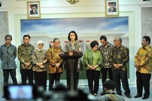 Yenti Garnasih didampingi anggota Pansel Capim KPK menyampaikan keterangan pers usai diterima Presiden Joko Widodo, di Istana Merdeka, Jakarta, Senin, 17 Juni lalu. (Foto: JAY/Humas)