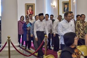 Para menteri dan pimpinan lembaga memasuki ruang untuk mengikuti Sidang Kabinet Paripurna, di Istana Kepresidenan Bogor, Jabar, Senin (8/7) siang. (Foto: AGUNG/Humas)
