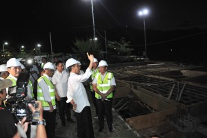 President Jokowi accompanied by Transportation Minister Budi K. Sumadi inspects construction of Muara Port at North Tapanuli Regency, North Sumatera province, Monday (29/7) (Photo: JAY/PR)
