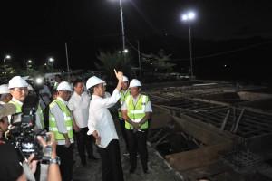 Presiden Jokowi didampingi Menhub Budi K. Sumadi meninjau pembangunan Pelabuhan Muara, di di Kabupaten Tapanuli Utara, Sumatera Utara, Senin (29/7) malam. (Foto: JAY/Humas)