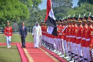 Putra Mahkota Abu Dhabi/Wakil Panglima Tertinggi Angkatan Bersenjata UEA, Sheikh Mohamed Bin Zayed Al , didampingi Presiden Jokowi disambut pasukan Paspampres saat berkunjung ke Istana Kepresidenan Bogor, Jabar, Rabu (24/7) siang. (Foto: AGUNG/Humas)