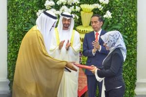Dirut Pertamina Nicke Widyawati menyerahkan naskah kerjasama kepada wakil ADNOC disaksikan Presiden Jokowi dan Putra Mahkota Abu Dhabi, di Istana Kepresidenan Bogor, Jabar, Rabu (24/7) lalu. (Foto: AGUNG/Humas)