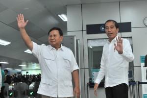 Presiden Jokowi untuk pertama kali bertemu dengan Capres 02 Prabowo Subianto, di Stasiun MRT Lebak Bulus, Jakarta, Sabtu (13/7) pagi. (Foto: JAY/Humas)