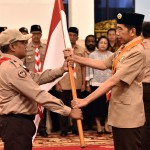 President Jokowi handed over the national flag to head of the Indonesian Scout Movement contingent at the State Palace, Friday (19/7) Photo by: Rahmat/PR