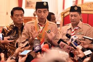 Presiden Jokowi didampingi KSP dan Ketua Kwarnas Gerakan Pramuka menjawab wartawan usai pelepasan kontingen Pramuka Indonesia ke Jambore Dunia, di Istana Negara, Jakarta, Jumat (19/7) pagi. (Foto: Rahmat/Humas)