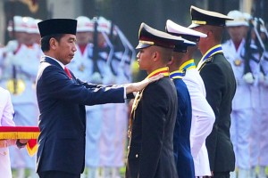 President Jokowi pins Adhi Makayasa stars to the best graduates of the National Defense Forces (TNI) and the National Police (Polri) academies, at the front yard of the Merdeka Palace, Jakarta, Tuesday (16/7). (Photo by: Rahmat/PR)