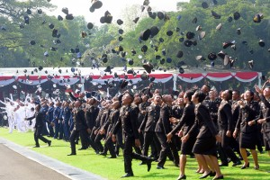 TNI and Polri young officers toss their hats during the inauguration ceremony at Merdeka Palace, Jakarta, Tuesday (16/7). Photo by: Rahmat/PR