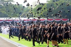 Para perwira remaja TNI dan Polri meluapkan kegembiraannya usai dilantik Presiden Jokowi, di halamn Istana Merdeka, Jakarta, Selasa (16/7) pagi. (Foto: Rahmat/Humas)