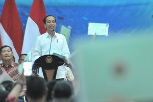 President Jokowi delivers remarks in front of recipients of land certificates in Manado, North Sulawesi, Thursday (5/7). (Photo by: JAY/PR)