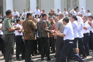 Presiden Jokowi menyalami peserta Rakornas BMKG 2019, usai berfoto bersama di Halaman Istana Merdeka, Jakarta, Selasa (22/7) siang. (Foto: JAY/Humas)