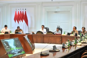 President Jokowi leads a limited meeting on the Anticipation of Drought Impact, at the President's Office, Jakarta, Monday (15/7). (Photo by: Jay/PR)