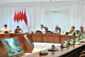 Presiden Jokowi memimpin Rapat Terbatas tentang Antisipadi Dampak Kekeringan, di Kantor Presiden, Jakarta, Senin (15/7) sore. (Foto: JAY/Humas)
