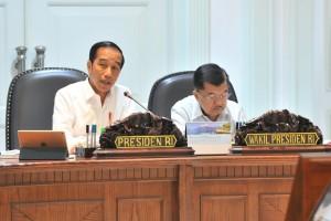 Presiden Jokowi didampingi Wapres Jusuf Kalla memimpin Rapat Terbatas tentang Pengembangan Destinasi Pariwisata Prioritas, di Kantor Presiden, Jakarta, Senin (15/7) sore. (Foto: JAY/Humas)