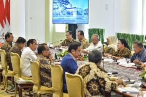 Presiden Jokowi memimpin Ratas tentang Percepatan Pembangunan Jawa Timur, di ruang Garuda, Istana Kepresidenan Bogor, Jabar, Selasa (9/7) siang. (Foto: AGUNG/Humas)