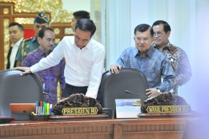 President Jokowi leads a limited meeting on the PLTSa Construction Progress, at the Presidential Office, Jakarta, Tuesday (16/7). (Photo by: Jay /PR)