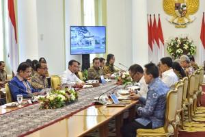 Presiden Jokowi memimpin rapat terbatas soal percepatan pembangunan di Jawa Tengah, di Istana Kepresidenan Bogor, Jabar, Selasa (9/7) siang. (Foto: AGUNG/Humas)