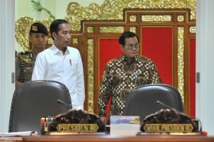 Seskab Pramono Anung mendampingi Presiden Jokowi memasuki ruang Rapat Terbatas di Kantor Presiden, Jakarta, Senin (15/7) siang. (Foto: JAY/Humas)
