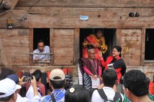 Presiden Jokowi didampingi Ibu Negara Iriana mengunjungi Rumah Adat Batak Samosir di Kampung Huta Raja, Desa Lumban Suhi-Suhi Toruan, Kecamatan Pangaruruan, Kabupaten Samosir, Selasa (30/7). (Foto: JAY/Humas)