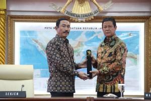 Sekjen Kemendagri Hadi Wibowo menyerahkan SK Penunjukan sebagai Plt Gubernur kepada Wagub Kepri Isdianto, di Kemendagri, Jakarta, Sabtu (13/7). (Foto: Puspen Kemendagri)
