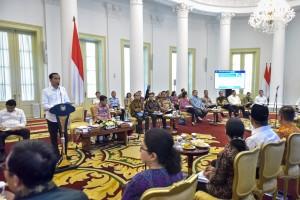 Presiden Jokowi menyampaikan pengantar pada Sidang Kabinet Paripurna, di Istana Kepresidenan Bogor, Jabar, Senin (8/7) siang. (Foto: AGUNG/Humas)