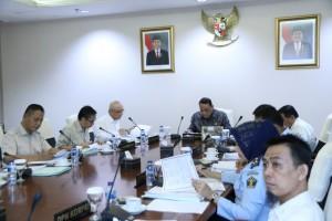Menteri PANRB Syafruddin didampingi Kepala BKN memimpin sidang Bapek, di kantor Kementerian PANRB, Jakarta, Selasa (2/7). (Foto: Humas Kementerian PANRB)