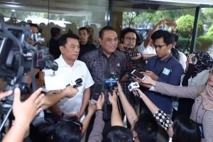 Menteri PANRB Syafruddin didampingi KSP Moeldoko menjawab wartawan di kantor KSP, Jakarta, Selasa (2/7) siang. (Foto: Humas Kementerian PANRB)