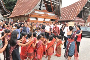 Presiden Jokowi dan Ibu Negara Iriana ikut menari saat disambut tarian adat dalam kunjungan ke Desa Adat, di Kampung Ulos Hutaraja, Desa Lumban Suhi Toruan, Kecamatan Pangururan, Kabupaten Samosir, Selasa (30/7) siang. (Foto: JAY/Humas)