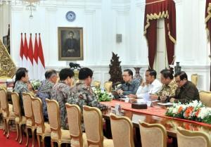 Presiden Jokowi didampingi sejumlah pejabat menerima pimpinan Hyunday Motors Group, di Istana Merdeka, Jakarta, Kamis (25/7) pagi. (Foto: JAY/Humas)