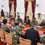 President Jokowi accompanied by Cabinet Secretary, Minister of Energy and Mineral Resources, and Head of the Indonesian Upstream Oil and Gas Regulatory Special Task Force (SKK Migas) receives Inpex's delegates at the Merdeka Palace, Tuesday (16/7). (Photo: Presidential Secretariat)