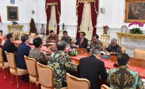 Presiden Jokowi didampingi Seskab, Menteri ESDM, dan Kepala SKK Migas menerima delegasi Inpex Corp terkait selesainya negosiasi pengembangan Blok Masela, di Istana Merdeka, Jakarta, Selasa (16/7) lalu. (Foto: Setpres)