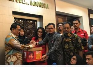 Kepala Staf Kepresidenan Moeldoko menerima Baiq Nuril yang datang bersama anggota DPR Rieke D. Pitaloka, di kantor KSP, Jakarta, Senin (15/7) pagi. (Foto: Humas KSP)