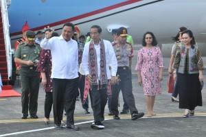 Presiden Jokowi disambut Gubernur Sulut Olly Dondokambey  saat tiba di Bandara Sam Ratulangi, Manado, Kamis (4/7) siang, untuk kunjungan selama 2 hari. (Foto: JAY/Humas)