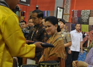 President Jokowi accompanied by First Lady Iriana, visits booths at the 2019 Indonesian Creative Works (KKI) Exhibition, at Exhibition Hall A, Jakarta Convention Center (JCC), Jakarta, Friday (12/7). (Photo by: Oji/PR)