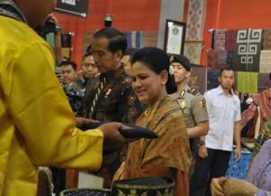 Presiden Jokowi didampingi Ibu Negara Irina meninjau stand-stand yang ada pada Pameran Karya Kreatif Indonesia 2019, di Hall A, Jakarta Convention Center, Senayan, Jakarta, Jumat (12/7) pagi. (Foto: OJI/Humas)