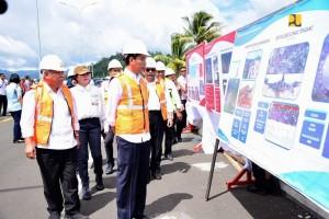 Presiden Jokowi didampingi Menteri PUPR memperhatikan maket jalan tol Manado-Bitung, saat meninjau pembangunan jalan tersebut di Simpang Susun Airmadidi, Bitung, Sulut, Jumat (5/7) siang. (Foto: BKP Kementerian PUPR)