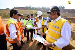 Menteri PUPR Basuki Hadimuljono meninju progres pembangunan jalan tol Cisumdawu, di Kabupaten Sumedang, Jawa Barat, Selasa (2/7). (Foto: BKP Kemnterian PUPR)